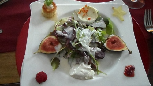 Starter vegetarian: Salad with figs and goat's cheese au gratin